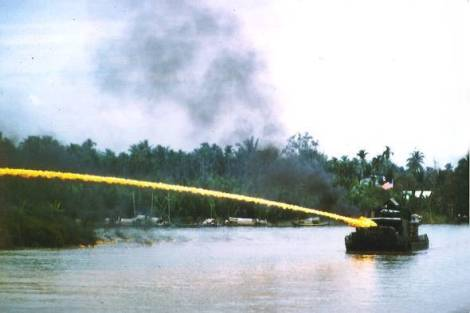 us_riverboat_using_napalm_in_vietnam2